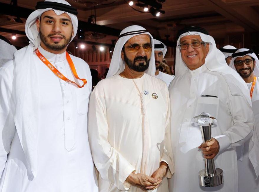 محمد بن راشد يكرم نبيل الحمر بشخصية العام الإبداعية